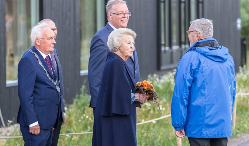 • Burgemeester Van der Borg bij het gezelschap met Prinses Beatrix.