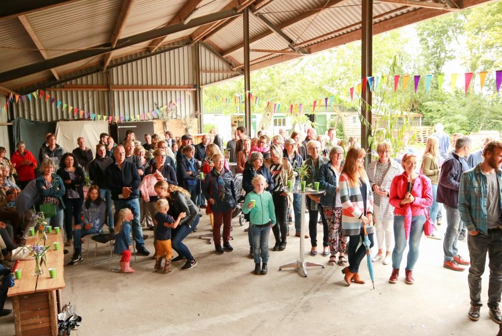 • Onder grote belangstelling openden biologische boeren hun winkel. Foto: Aangeleverd © Alblasserwaard