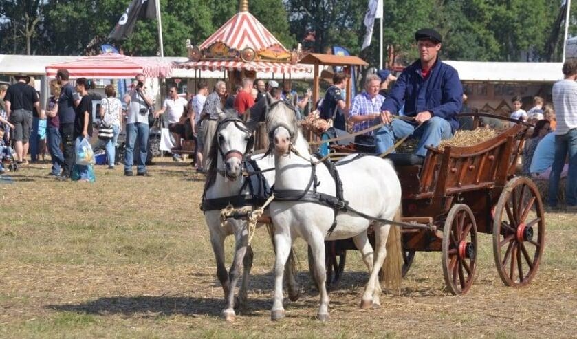 • Een van de oude boerenwagens van Reedijk.