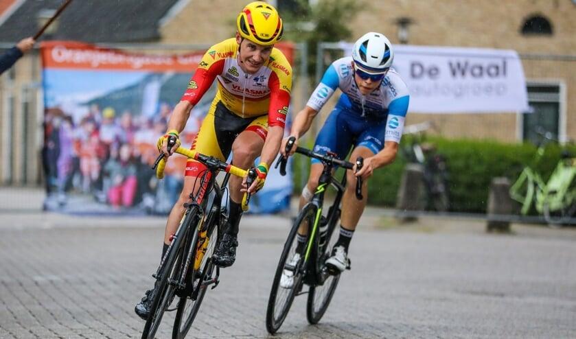 • Kelvin van den Dool in actie in de Ronde van Giessenburg.