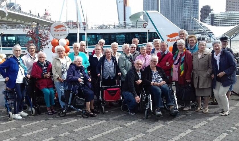 • De gasten van het inlooppunt bij de rondvaartboot.
