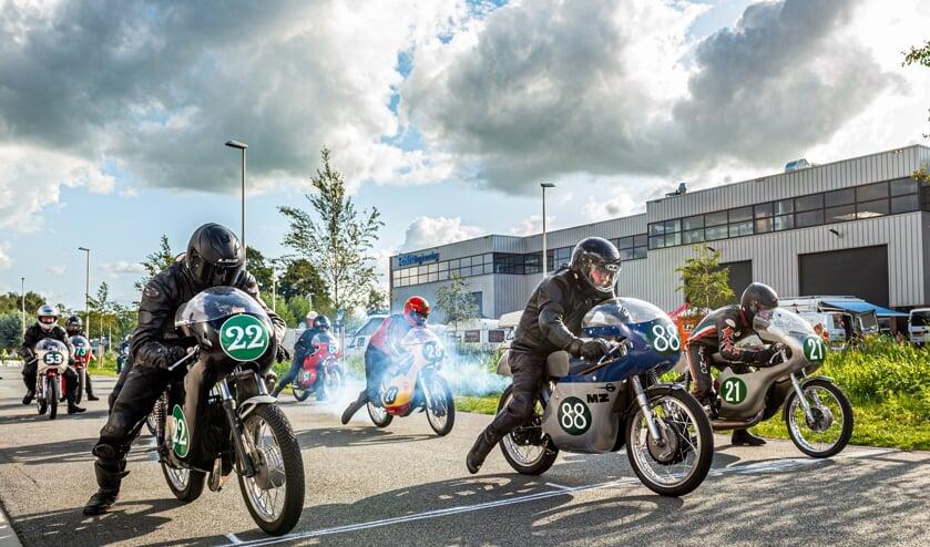 • Gebrul uit de uitlaten van de historische racemotoren.