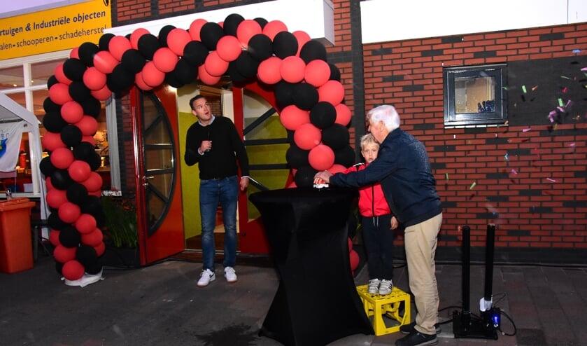 • Terwijl voorzitter Edo Burger toekijkt, verrichten het jongste en oudste lid van VV Stolwijk de officiele opening van de nieuwbouw.