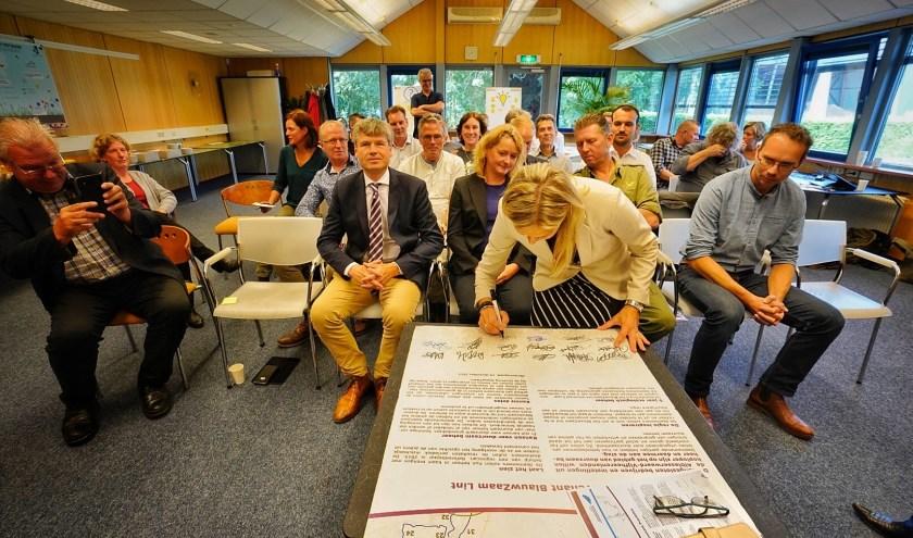 • Anneke Knol van de provincie Utrecht ondertekent het Beheerconvenant Prachtlint.