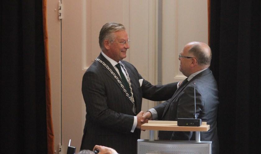 • Kees Metz heeft zojuist de ambtsketen overgedragen aan Pieter van Maaren.