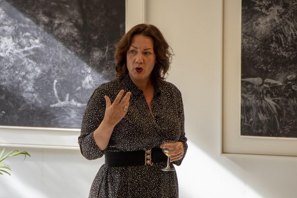 Astrid van Rijn tijdens de opening van haar expositie Koolstof in De Kunstplaats Leerdam Foto: Heidi  Timmer © Leerdam