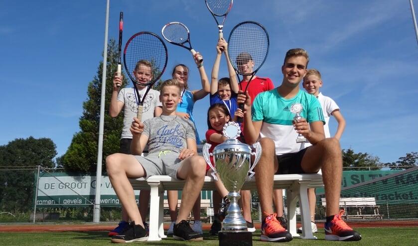 • De prijswinnaars van het jeugdclubkampioenschap van SLTV Racket.