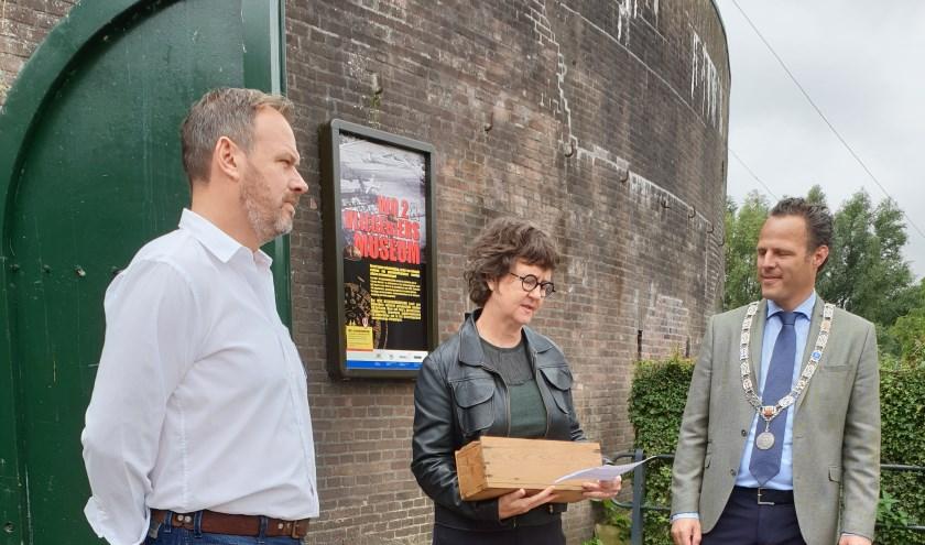 • Peter den Tek, ambassadeur Lyndal Walker en loco-burgemeester Van Stappershoef.