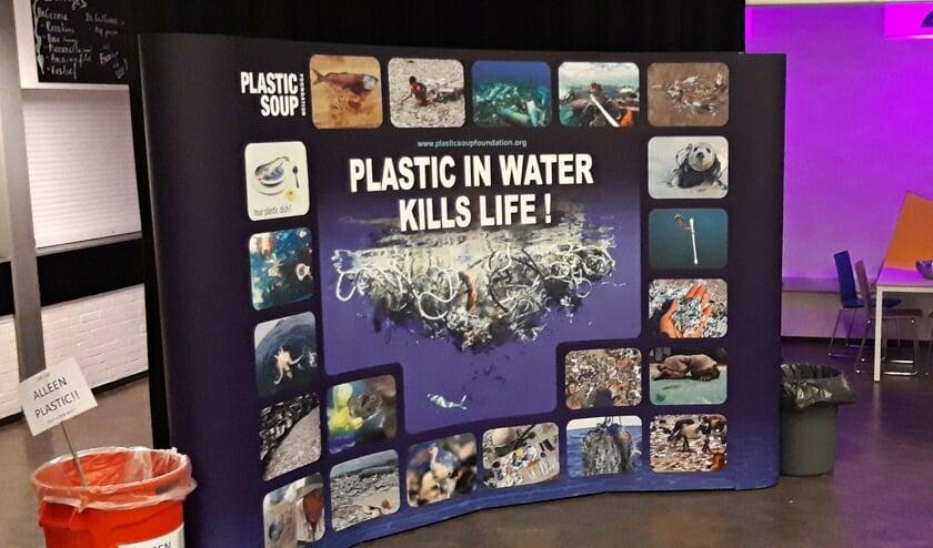 • De wand van de Plastic Soup Foundation tijdens de Kerstmarathon op het Schoonhovens College.