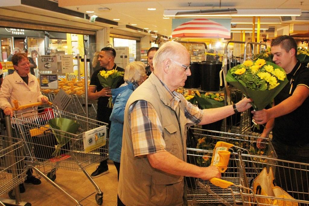 • Bloemen voor de eerste honderd klanten. Foto: Bert Bons © Klaroen