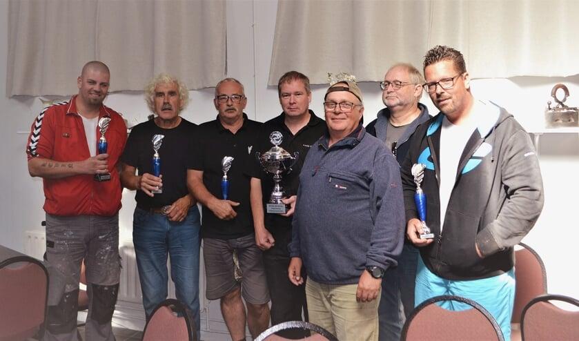 • De prijswinnaars van de viswedstrijd om de Vijfheerenlandenbokaal.