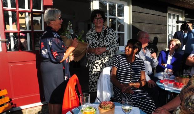 • Alida Ambachtsheer krijgt een boeket uitgereikt.  © Alblasserwaard