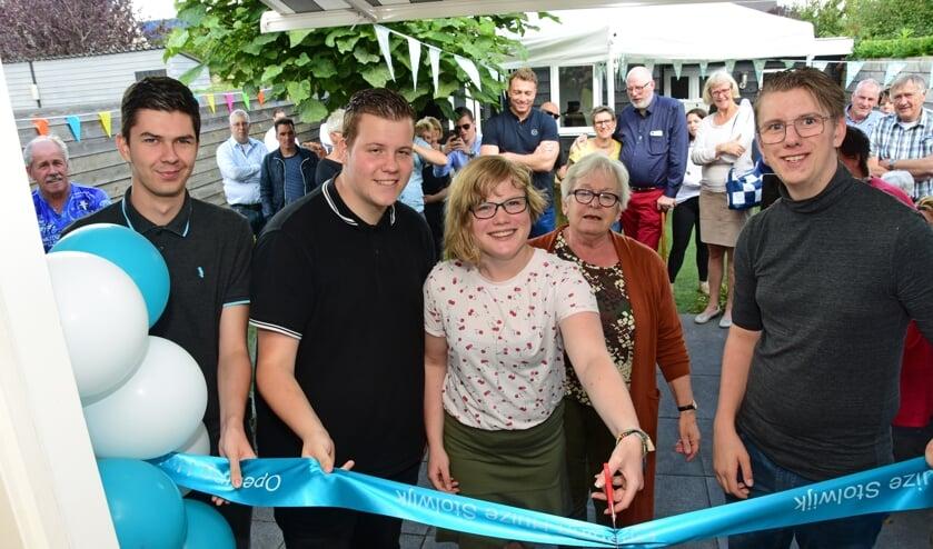 • Niels, Marije, Corné en Mika openen 'Huize Stolwijk' met het doorknippen van het lint.