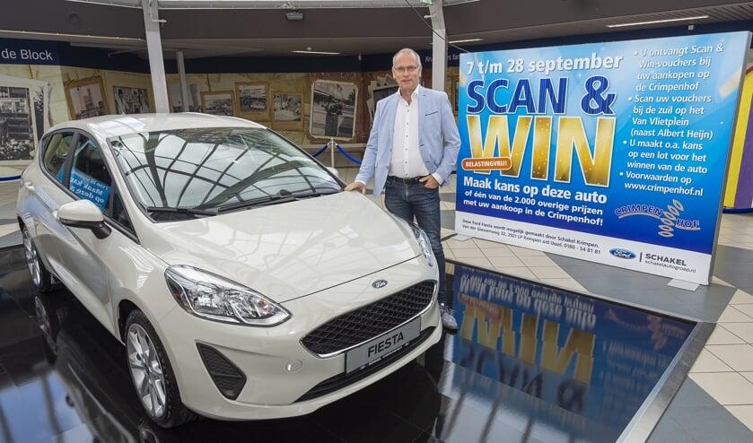 • Paul Vogels bij de hoofdprijs van de Scan & Win-actie: een Ford Fiësta.