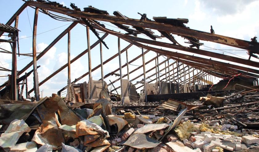 • Het gehavende geraamte van de uitgebrand stal in Streefkerk.