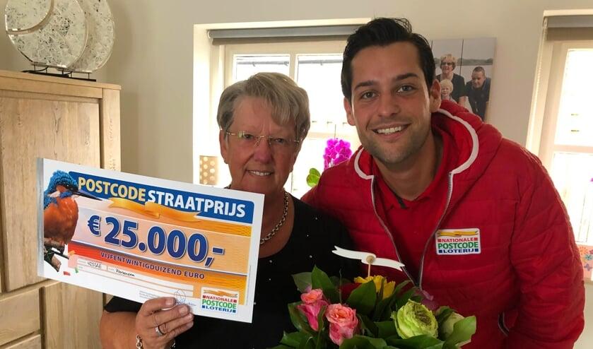 • Ina uit Werkendam werd verrast met een mooie cheque van de Postcode Loterij.