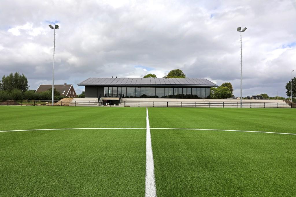 • Het nieuwe sportcomplex De Burcht ligt er prachtig bij. Foto: Geurt Mouthaan © Alblasserwaard