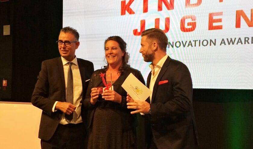 • Frederieke Meihuizen neemt de award in ontvangst.