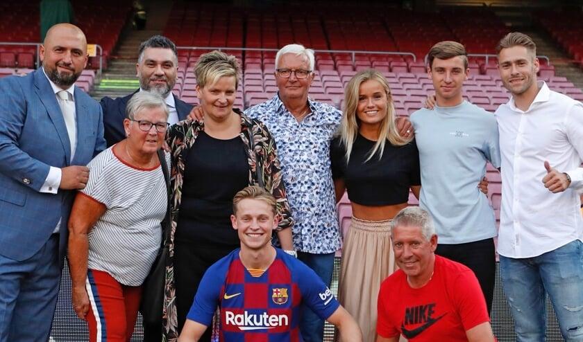 • Frenkie de Jong met zijn familie in Camp Nou.