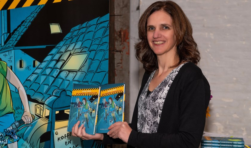 Annette van der Plas met haar boek.