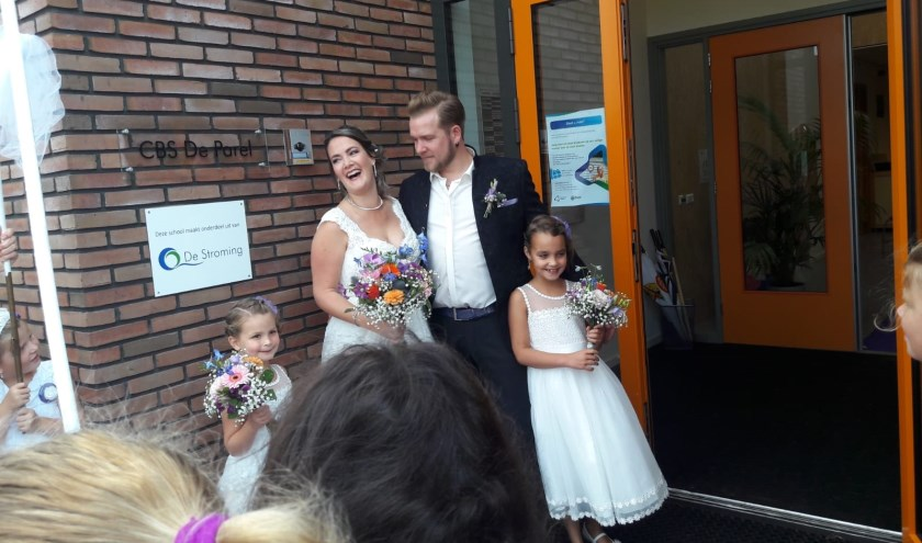 • Juf Catrie met bruidegom en bruidsmeisjes.