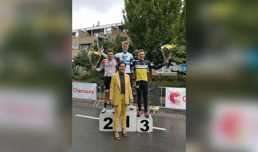 • Winnaar Lucas Jansen op het podium in Dordrecht.