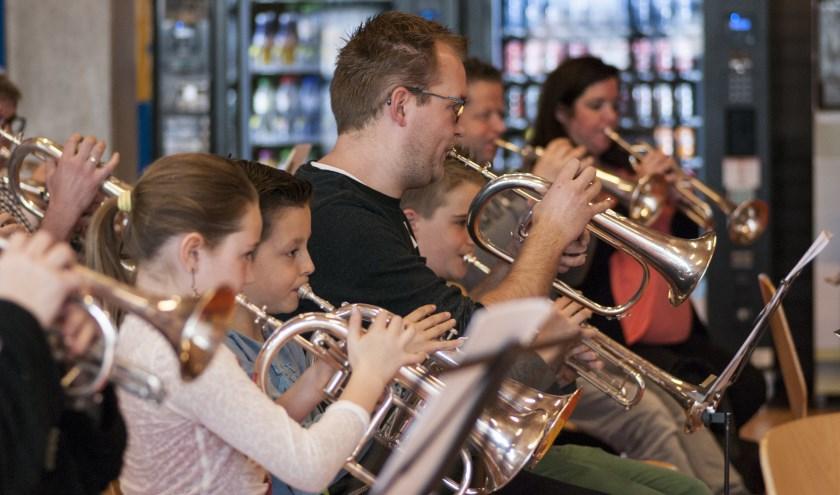 • Muziek maken is een hobby voor jong en oud.