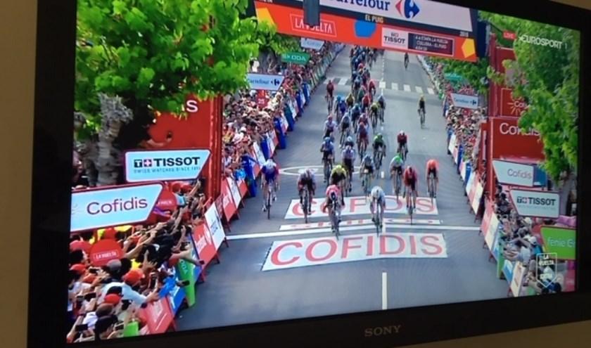 • Jakobsen verslaat Benett in de sprint tijdens de vierde etappe van de Vuelta.