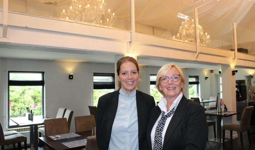 • Nicole in 't Hout (l) en Agnes Burggraaf in de 'trouwzaal'.