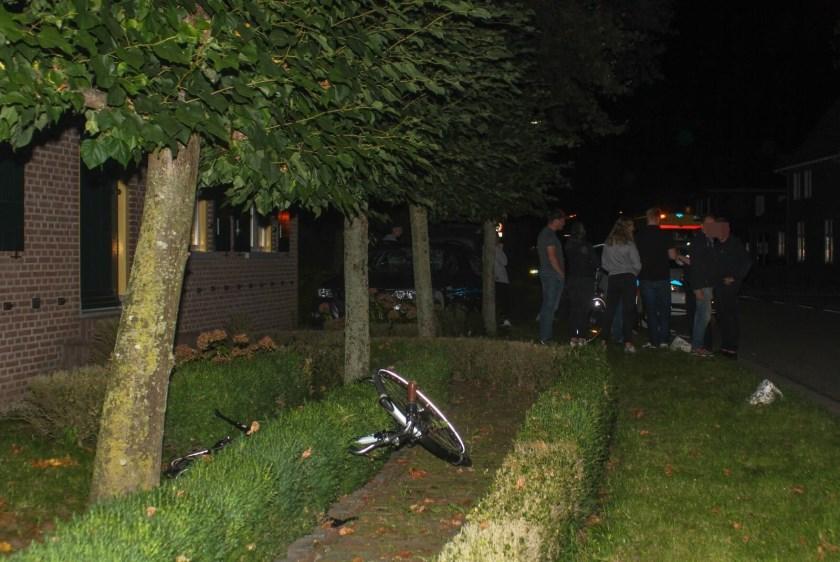 • De fiets en de auto belandden in een voortuin.