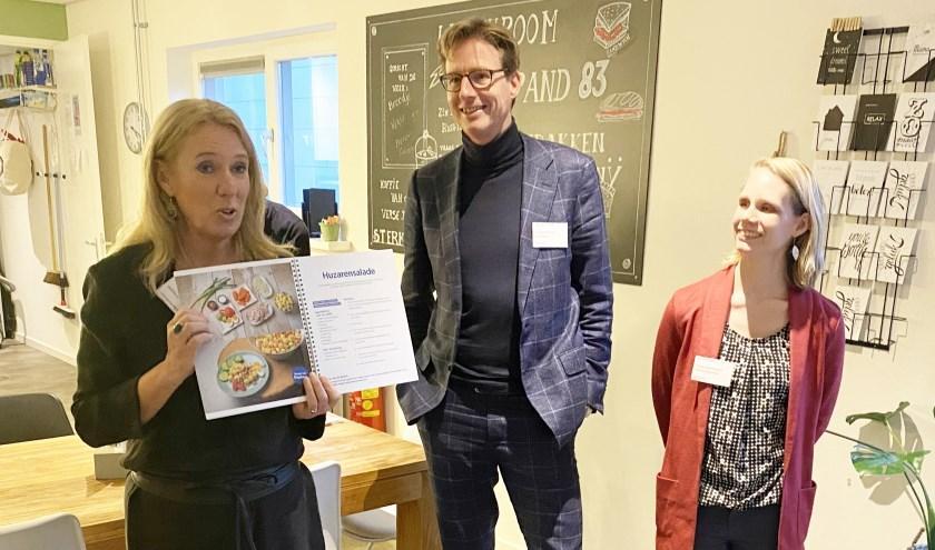 • Lizanne Lanser tijdens de uitreiking van het kookboek.