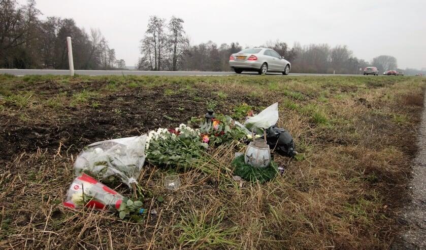 • Bloemen op de plek van het ongeval.