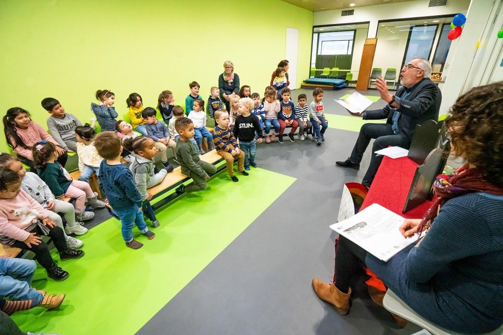 Wethouder Cees Taal leest voor uit het boek de Moppereend Foto: Nico Van Ganzewinkel © Vianen