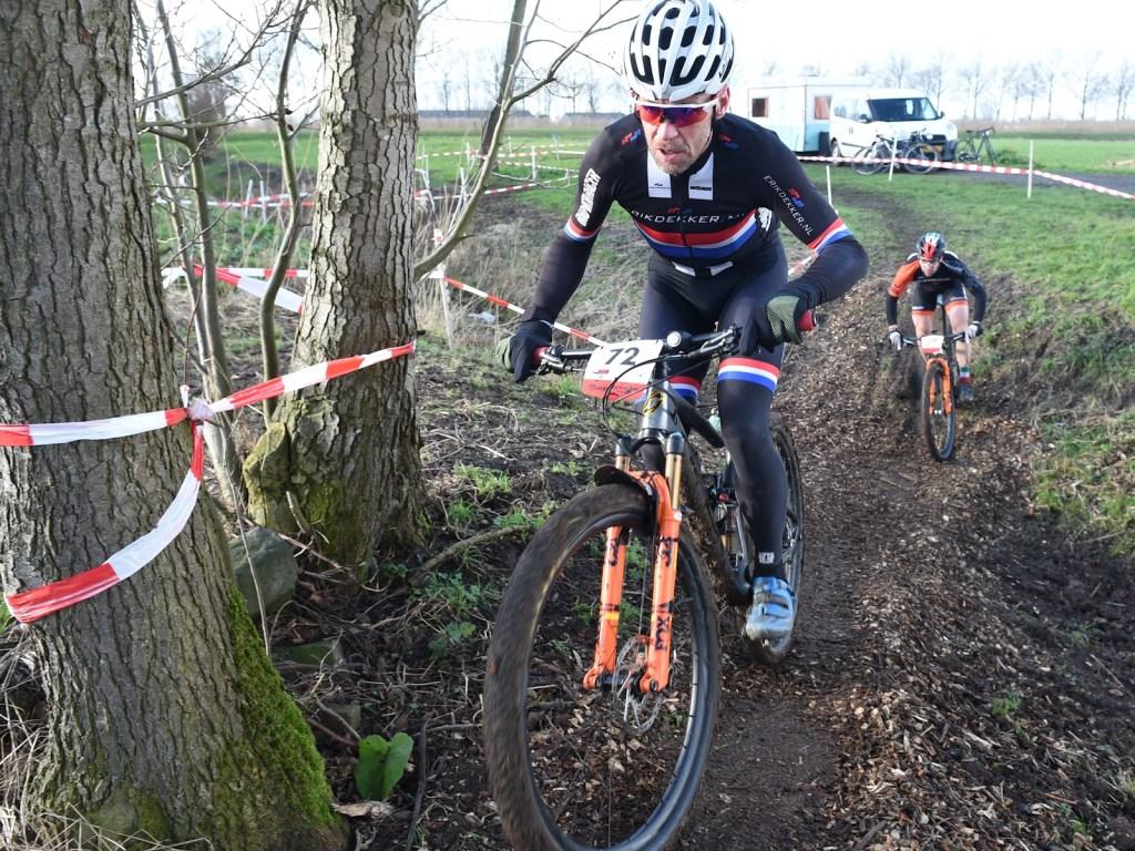 • Oud-profwielrenner Erik Dekker mengde zich in de strijd in de A-klasse. Foto: aangeleverd © Bommelerwaard