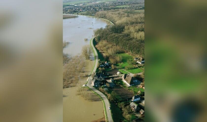 • Het water stond in 1995 tot aan de dijk. Deze foto is genomen bij Neerijnen.
