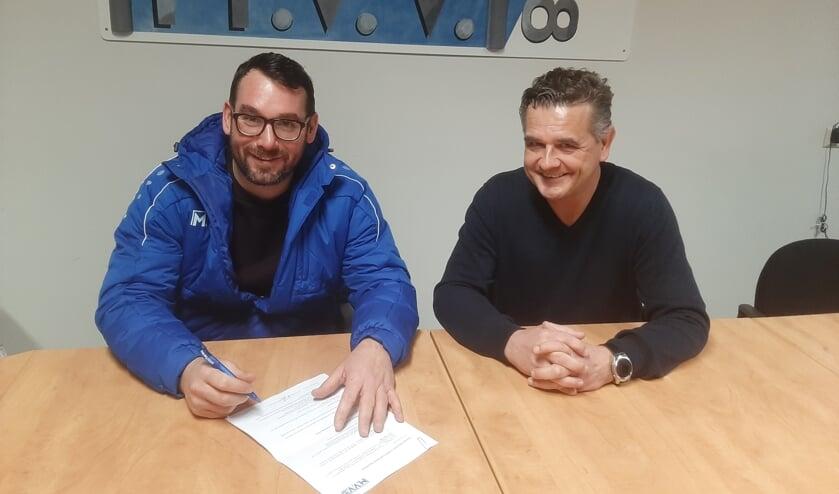 • Robin Berendsen zet zijn handtekening onder de nieuwe verbintenis.