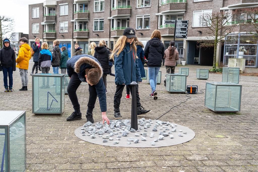 Stenen gelegd door scholieren bij Holocaust Monument Levenslicht Foto: Nico Van Ganzewinkel © Leerdam