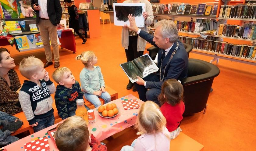 Burgemeester leest voor uit het boek de 'De Moppereend'