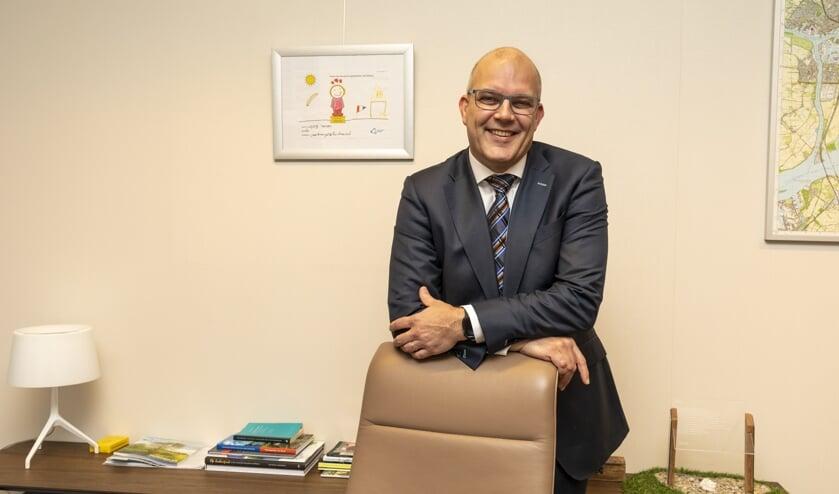 Egbert Lichtenberg op zijn werkkamer in het gemeentehuis in Almkerk.