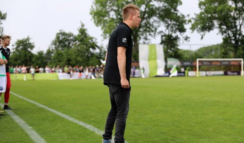 • Marten Boverhof als VVAC-trainer tijdens de gewonnen nacompetitiefinale tegen ONI.