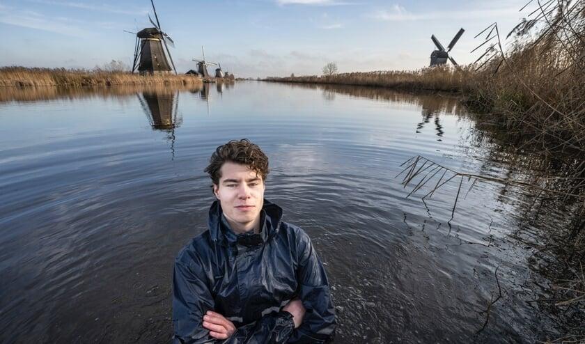 • Bart van den Sande poseert in het koude water bij Kinderdijk. 'Hoe communiceer je klimaatverandering?'