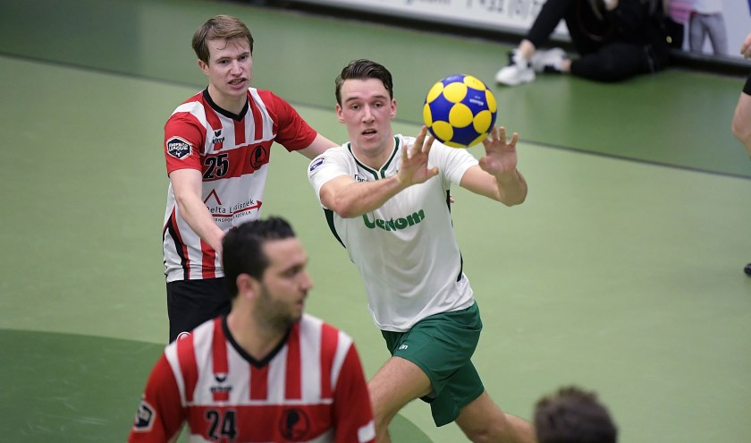 • Marijn van den Goorbergh vangt de bal.