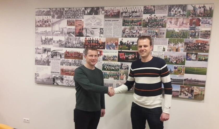 • Raymond Sponselee en voorzitter Mark Vonk bezegelen de samenwerking met een handdruk.