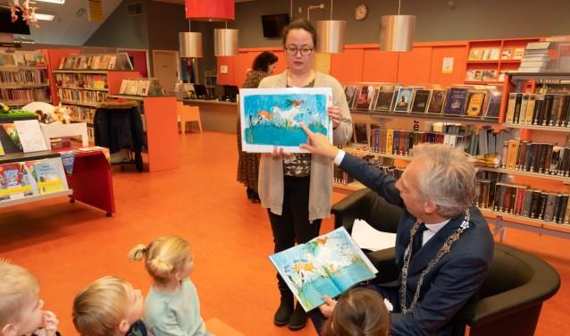 Burgemeester leest voor uit het boek de 'De Moppereend' Foto: Nico Van Ganzewinkel © Leerdam