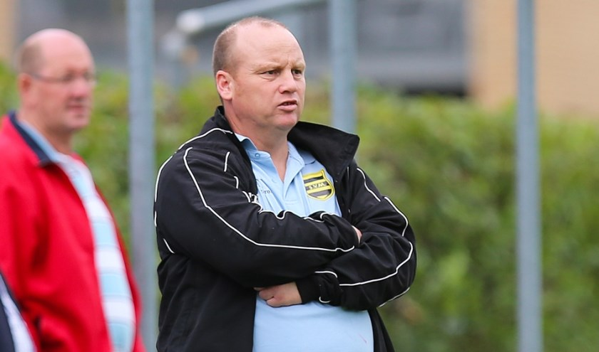 • Bert Buizert als trainer-coach van SV Meerkerk.