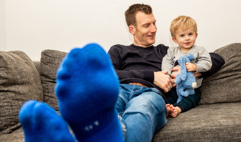 •  Op zijn schaatsloze vrijdag kan Erik Jan extra genieten van zijn zoontje Jens.