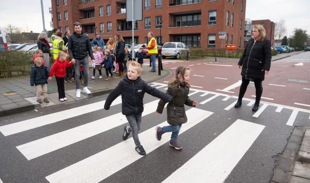 Brede school leert veilig oversteken Foto: Nico Van Ganzewinkel © Alblasserwaard