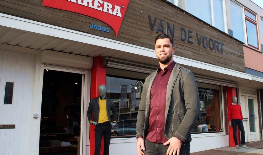 • Joey van de Voort voor zijn kledingzaak aan de Eilandstraat.