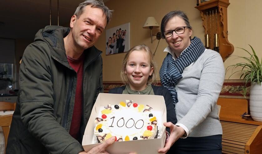 • Bert Bons (links) overhandigt de taart aan Lenny en Debora Hardenbol.
