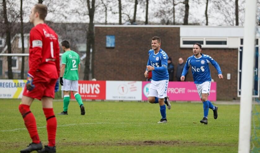 • Niels den Haan (m) afgelopen zaterdag na de 2-1 van Schelluinen tegen VVAC.